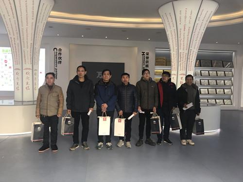 董事长谢洪清、总经理查协芳给全体员工发放礼品6
