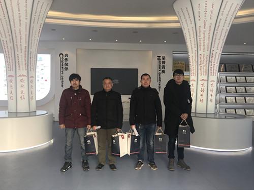 董事长谢洪清、总经理查协芳给全体员工发放礼品5