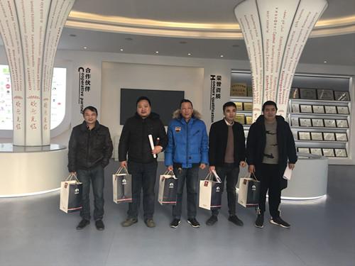 董事长谢洪清、总经理查协芳给全体员工发放礼品13