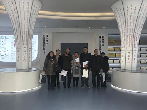 董事长谢洪清、总经理查协芳给全体员工发放礼品1