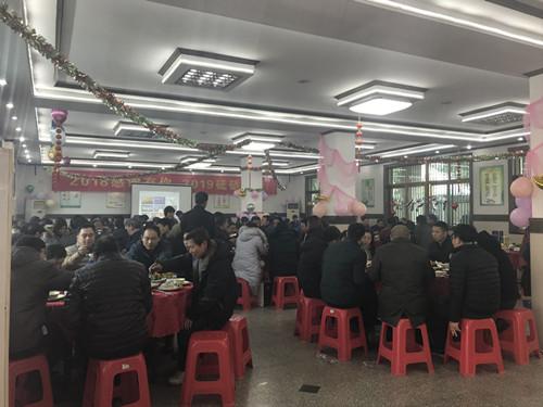 全体员工在公司餐厅欢聚一堂共进午餐1