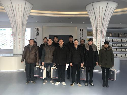 董事长谢洪清、总经理查协芳给全体员工发放礼品10