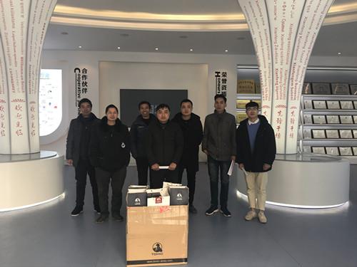 董事长谢洪清、总经理查协芳给全体员工发放礼品4