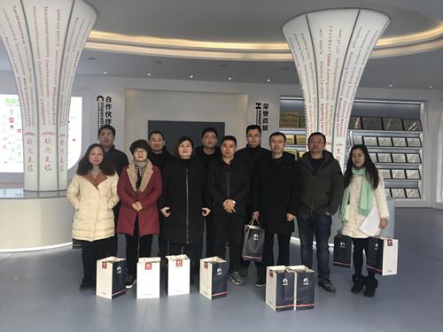 董事长谢洪清、总经理查协芳给全体员工发放礼品2