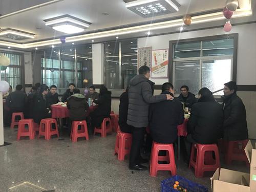 全体员工在公司餐厅欢聚一堂共进午餐2