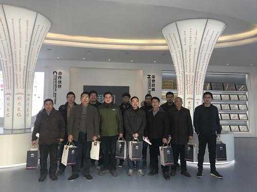 董事长谢洪清、总经理查协芳给全体员工发放礼品3