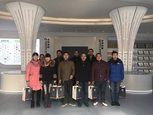 董事长谢洪清、总经理查协芳给全体员工发放礼品11