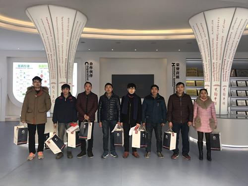 董事长谢洪清、总经理查协芳给全体员工发放礼品8